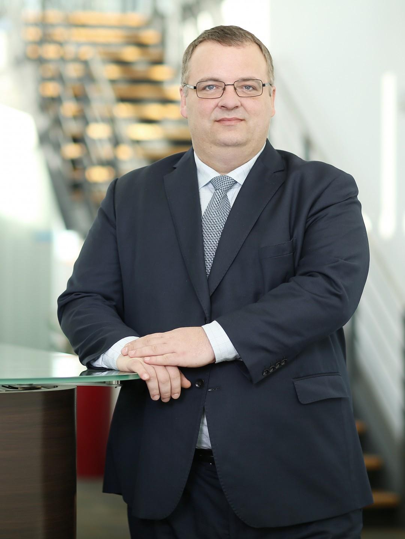 Ivan Bednárik vystudoval Gymnázium ve Zlatých Moravcích. Dále studoval NSW business College, Sydney, Austrálie. Od roku 1995 působil v manažerských pozicích několika společností, které se zabývají obchodem a spedicí, například jako člen představenstva a obchodní ředitel Express Group, a. s. V listopadu roku 2014 byl zvolen členem představenstva ve společnosti ČD Cargo, a. s., na jehož úvodním zasedání byl zároveň zvolen předsedou.