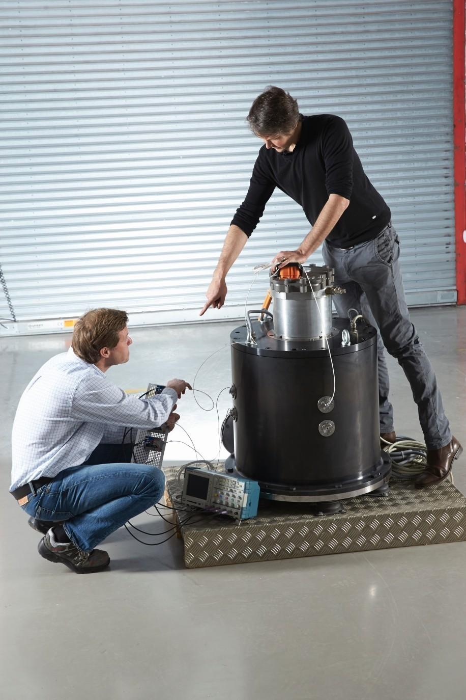 Systém představuje velmi rychlý záložní zdroj energie – na plné otáčky, tedy 9000 rotací za minutu, se generátor zvládne roztočit během 150 milisekund. Zařízení tak může vpřípadě výpadku dodávky elektrické energie sloužit kpřeklenutí doby mezi výpadkem a naskočením záložního agregátu, které je časově nesrovnatelně náročnější.
