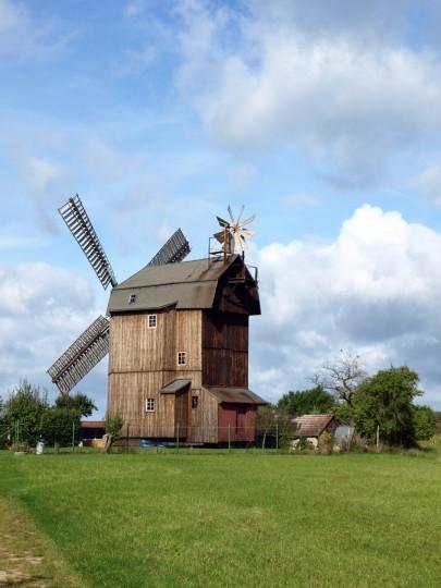 Německý sloupový větrný mlýn. Celou stavbu lze manuálně natáčet proti větru pomocí dlouhé páky.