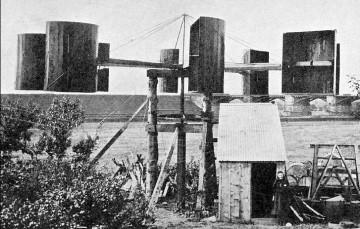 Sílu větru využil k produkci elektřiny prvně profesor James Blyth. V roce 1887 vystavěl u své chaty ve skotském Marykirku větrnou turbínu, která napájela osvětlení.