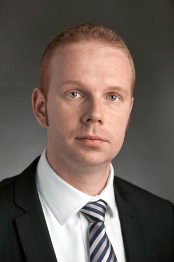 Ing. Jindřich Kušnír vystudoval Fakultu mezinárodních vztahů VŠE v Praze se zaměřením na mezinárodní vztahy a dopravu. Na Ministerstvu dopravy ČR působí od roku 2004, od roku 2010 zastává pozici ředitele odboru drážní a vodní dopravy). Je zástupcem ČR ve Výboru Evropské komise pro interoperabilitu a bezpečnost železnic a Výboru pro jednotný evropský železniční trh, členem správní rady Evropské agentury pro železnice (ERA), národním koordinátorem projektu Trans-European Railway EHK/OSN a členem dalších mezinárodních pracovních skupin.