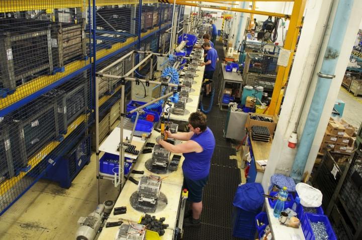 Výroba elektromotoru spojuje dohromady řadu profesí a dodnes je i přes zapojení nejmodernějších technologií náročná na bezchybnou lidskou práci.
