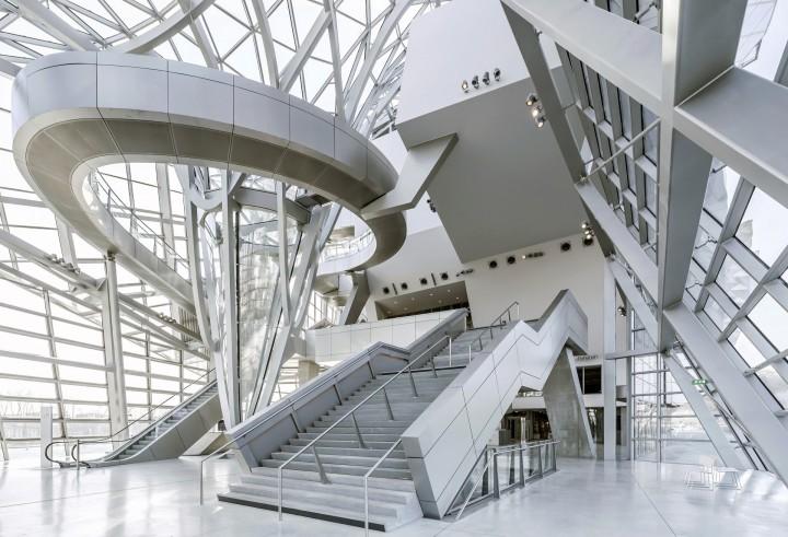 """""""Éterická budova protínajících se skleněných a kovových tvarů, které vypadají vždy jinak podle úhlu pohledu, ročního období a počasí,"""" popsal muzeum britský deník The Telegraph."""