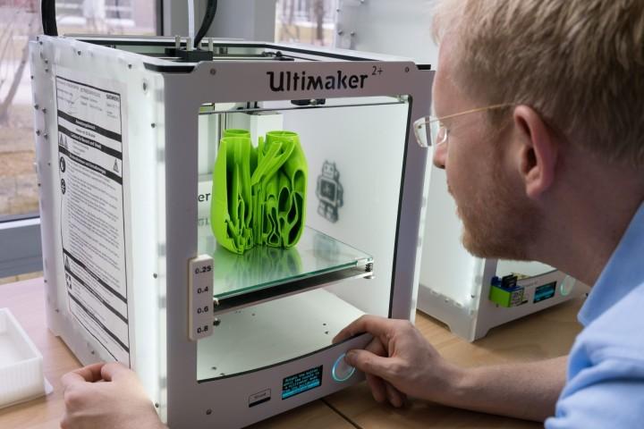 Návrhář kontroluje výsledek 3D tisku. Ačkoli to může vypadat jako žárovka ve tvaru květu fenyklu, ve skutečnosti se jedná o plastový model hlavice hořáku s bionickým designem. Tento přístup možná brzy způsobí revoluci, za kterou budou stát dvě nové výrobní techniky: generativní software a 3D tisk.
