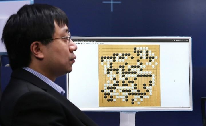 Milníkem v historii strojového učení je systém AlphaGo od Googlu. Byl navržen tak, aby zvládnul velice složitou deskovou hru Go, která má prakticky neomezený počet možných pozic. V březnu 2016 dosáhl AlphaGo převratného úspěchu, když opakovaně porazil nejlepšího hráče Go světa Lee Sedola.
