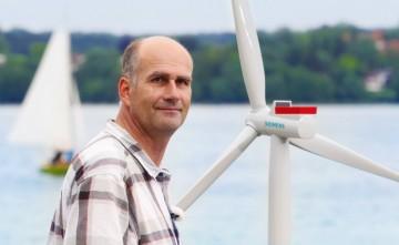 Optimalizaci provozu větrných turbín s pomocí adaptivního softwaru se věnuje výzkumný tým Volkmara Sterzinga z divize Siemens Corporate Technology. Jeho dalším cílem je vyvinout samooptimalizační paroplynovou turbínu.