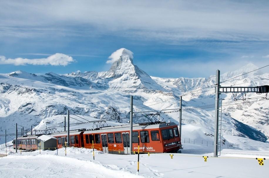 Železniční trať Gornegrat Bahn přepravuje cestující přímo ze stanice Zermatt až na vrchol Gornegraftu. Cesta trvá 33 minut a vlak při ní překoná převýšení 1 469 m.