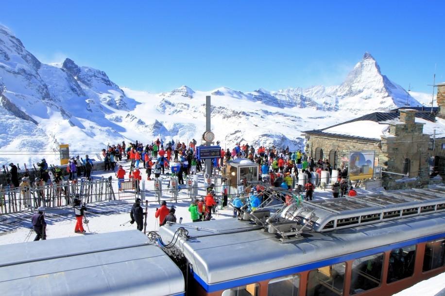 """Pohled z plošiny Gornergratu na masiv Monte Rosy s nejvyšším švýcarským vrcholem Dufourspitze (4 634 m n.m), druhý největší ledovec v Alpách, ledovec Gorner, a celkem 29 """"čtyřtisícovek"""", včetně Matterhornu."""