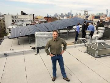 Lawrence Orsini, zakladatel a CEO startupu LO3 Energy, na střeše domu v Brooklynu, který je napojený na mikrosíť.