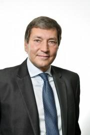 Tomáš Hüner se narodil vroce 1959 vOstravě. Svou profesní kariéru začal na elektrárně Dětmarovice, poté působil vdistribuční firmě SME, a. s., jako předseda představenstva a GŘ, následně coby country manager ČEZ vBulharsku či náměstek ministra průmyslu a obchodu zodpovědný za oblast energetiky. Ve společnosti Siemens zastává funkci ředitele divize Energy Management.